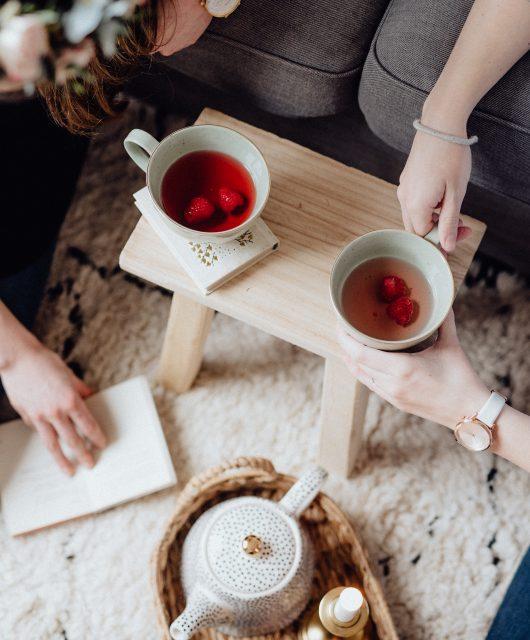 dvě slečny co si vychutnávají čaj