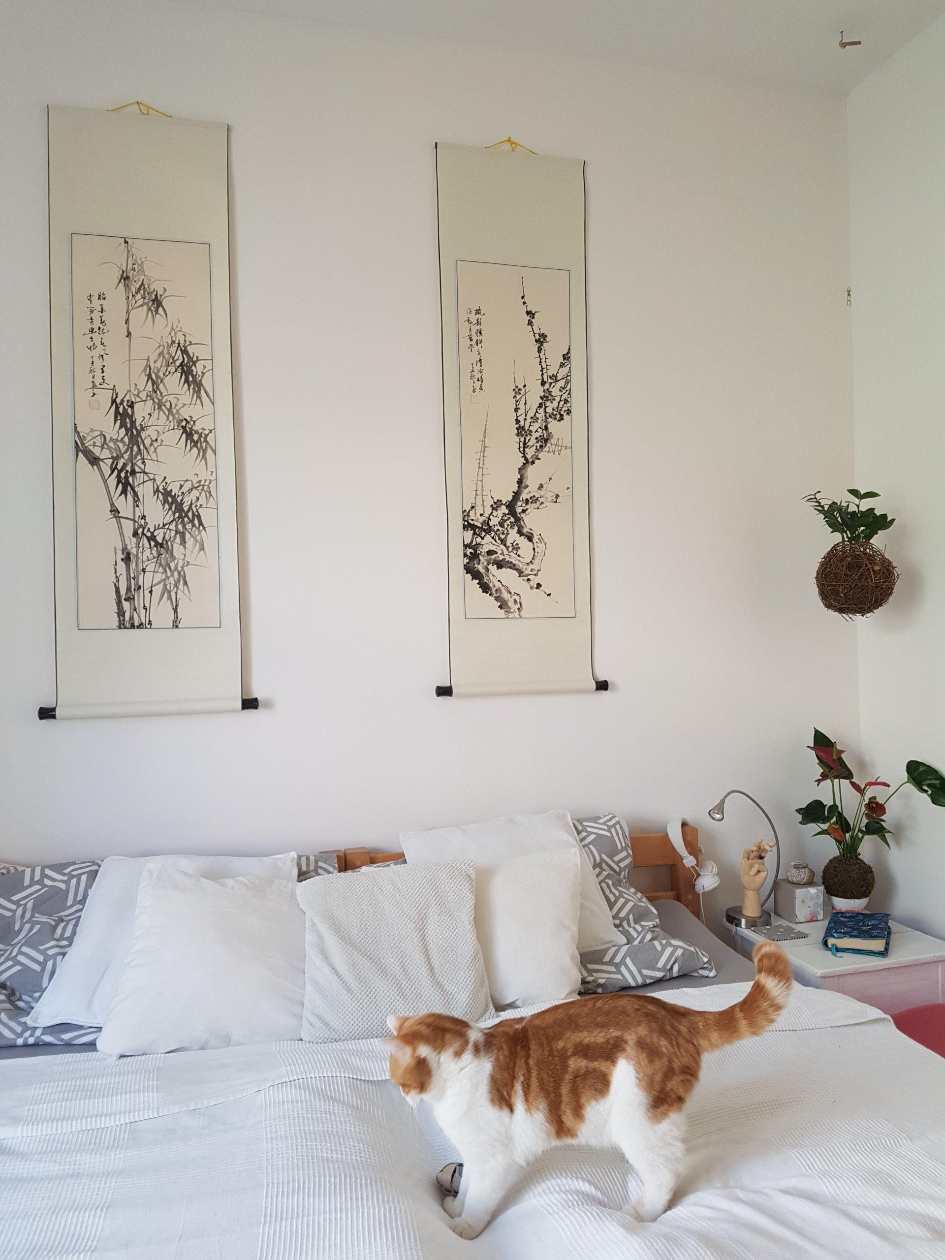 Ložnici zdobí orientální kaligrafie
